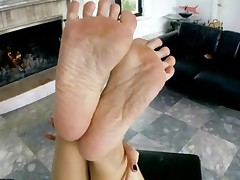 Asian Babe Givng Hot Footjob